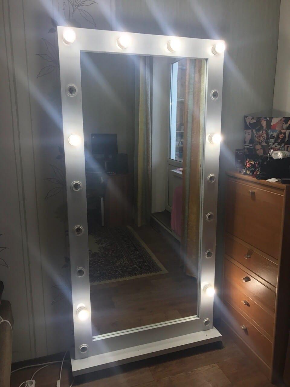Передвижное зеркало во весь рост для прихожей, коридора квартиры, гостиной. Цвет белый.