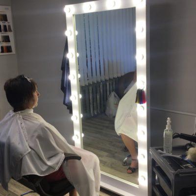 Гримерное зеркало с лампами для мастера красоты, макияжа, причесок